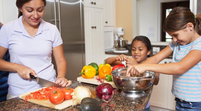 Cocinar con tus hijos es f cil con estos consejos for Cocinar berenjenas facil
